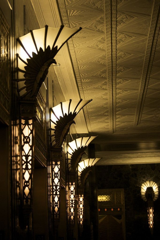 Отраженный свет от настенных светильников на потолке коридора