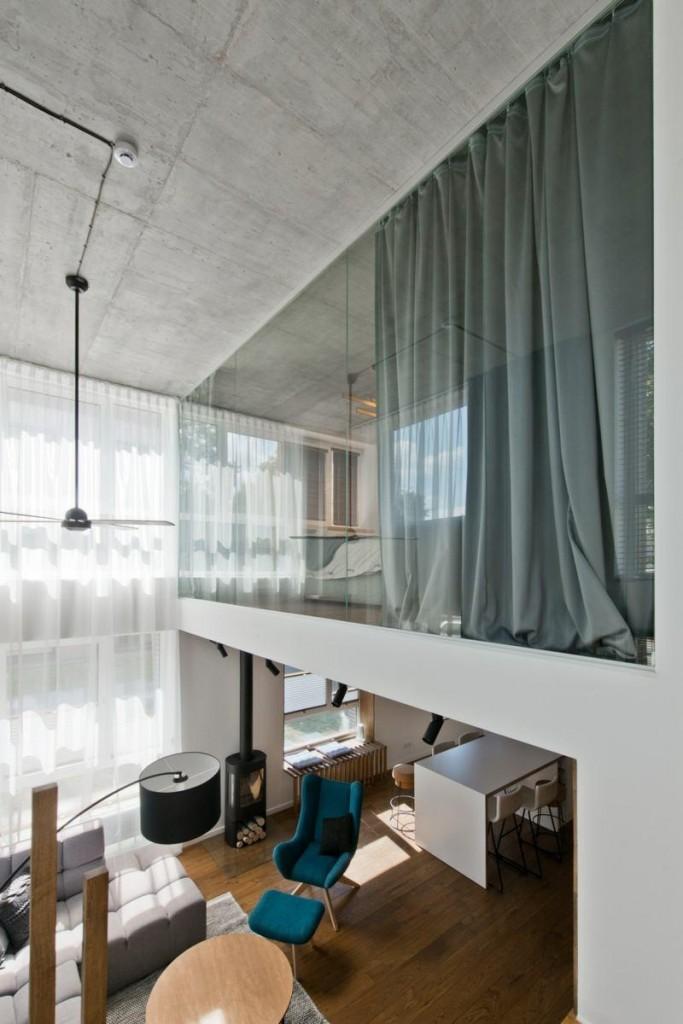 Панорамное окно внутри двухъярусной квартиры