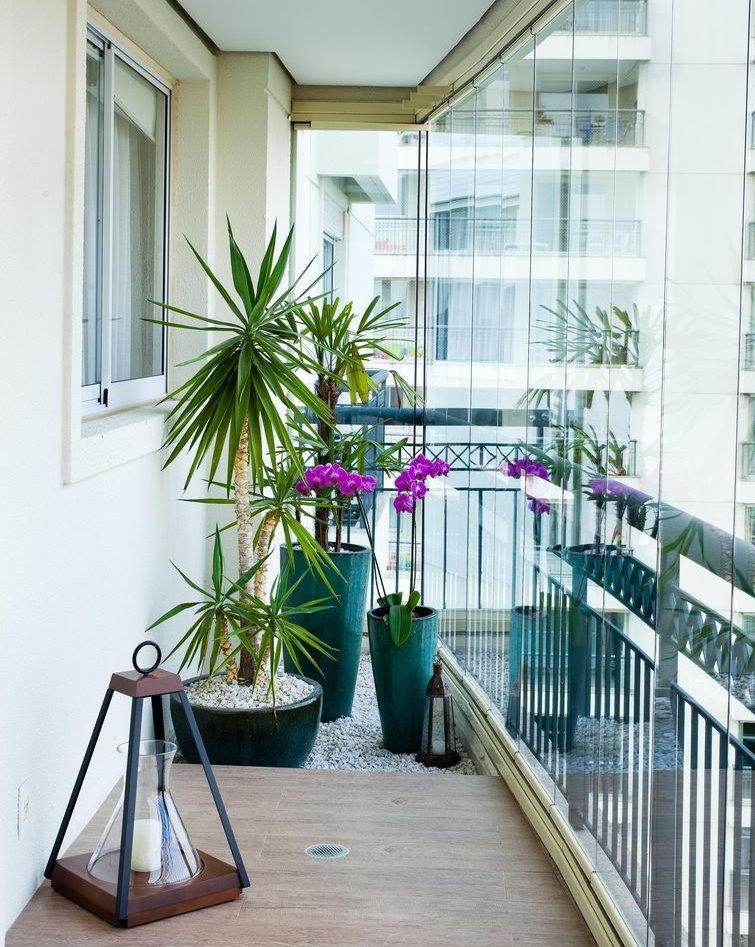 Безрамное остекление узкого балкона в квартире