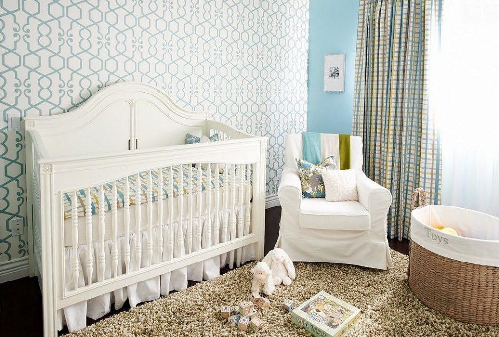 Светлые обои в уютной комнате для новорожденного