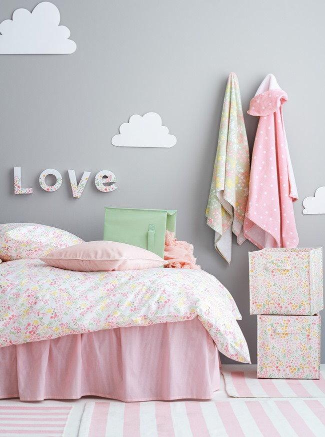 Светло-серая стена за детской кроватью