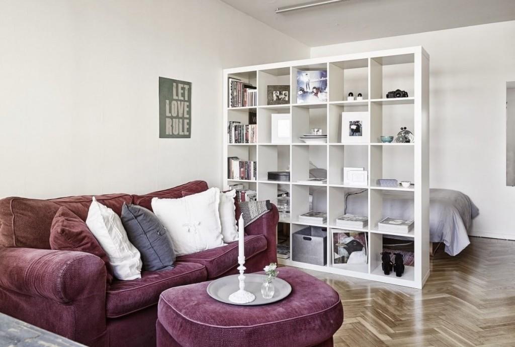 Белый стеллаж в качестве перегородки в квартире студии