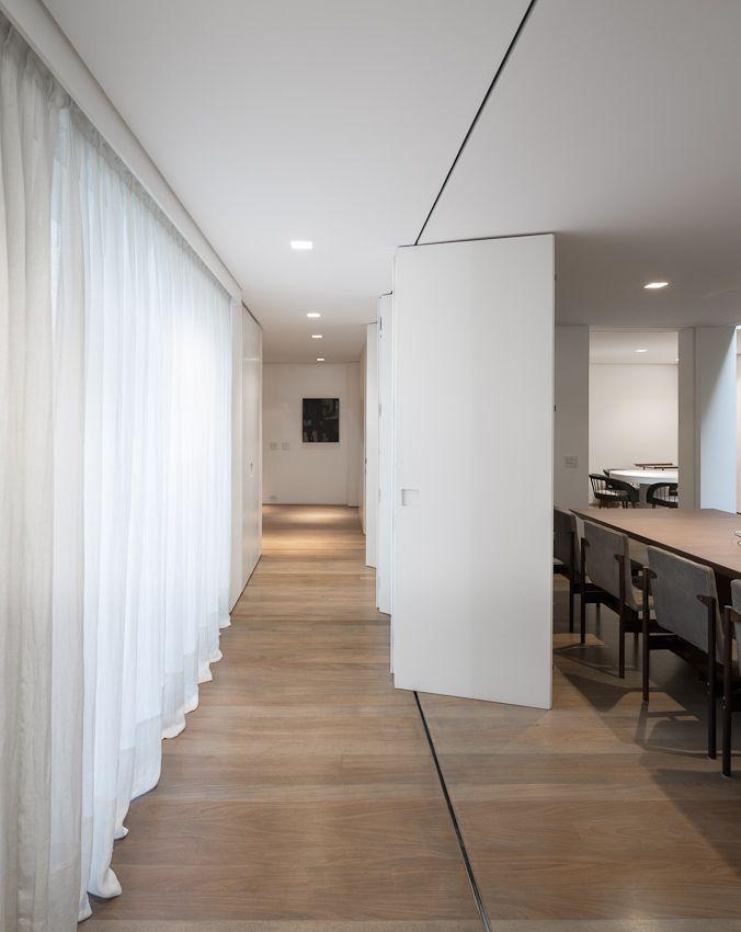 Белая перегородка-гармошка между коридором и столовой
