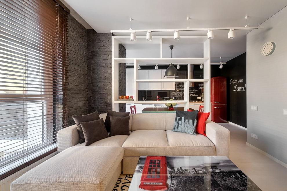 Белая перегородка для зонирования кухни-гостиной