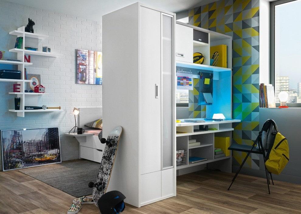 Корпусная мебель в роли разделителя детской комнаты