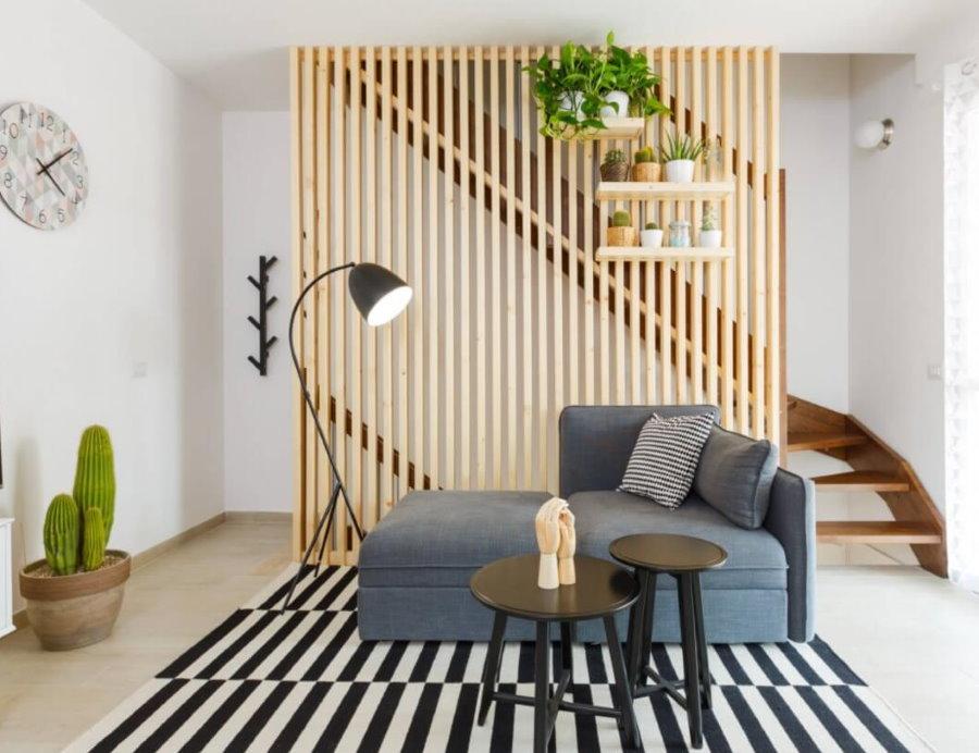 Декоративная перегородка из дерева в гостиной с лестницей
