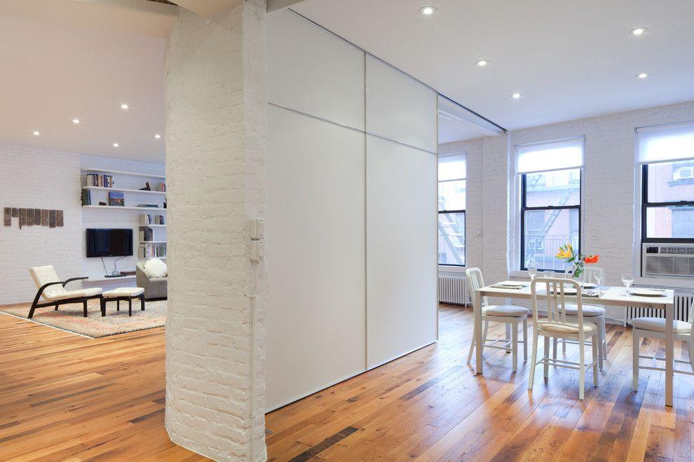 Белая перегородка в кухне-гостиной