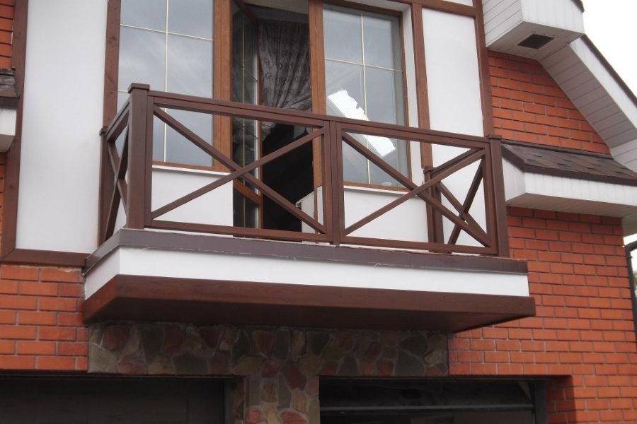 Деревянное ограждение на балконе дачи