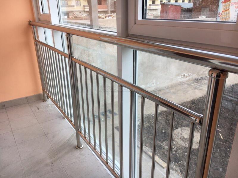 Ограждение из нержавейки на балконе с пластиковыми окнами