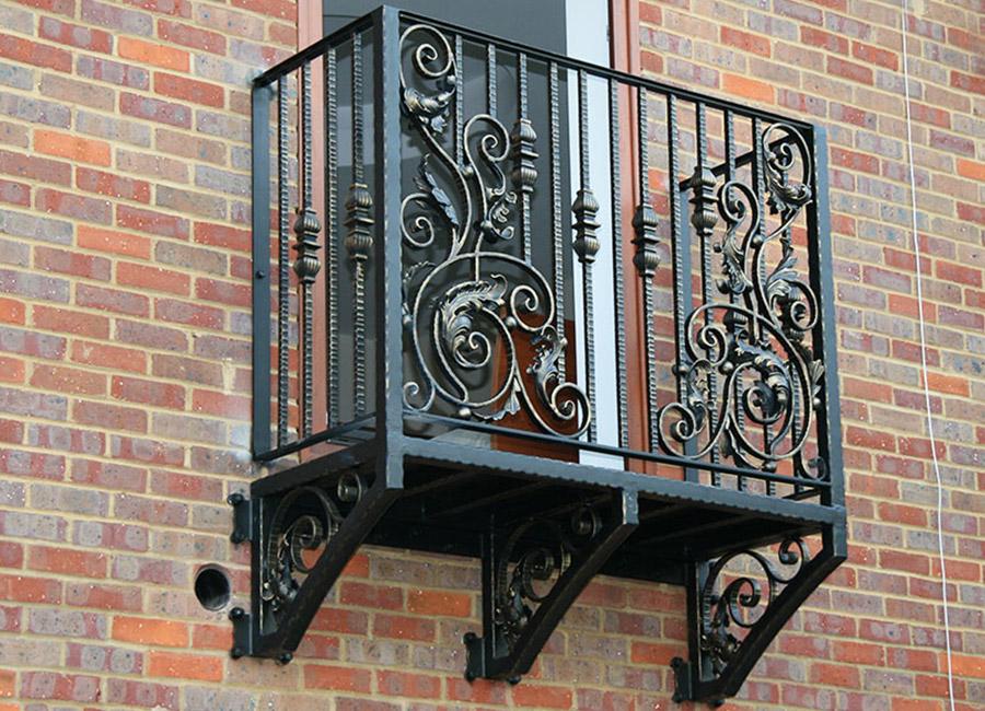Кованные элементы на перилах небольшого балкона