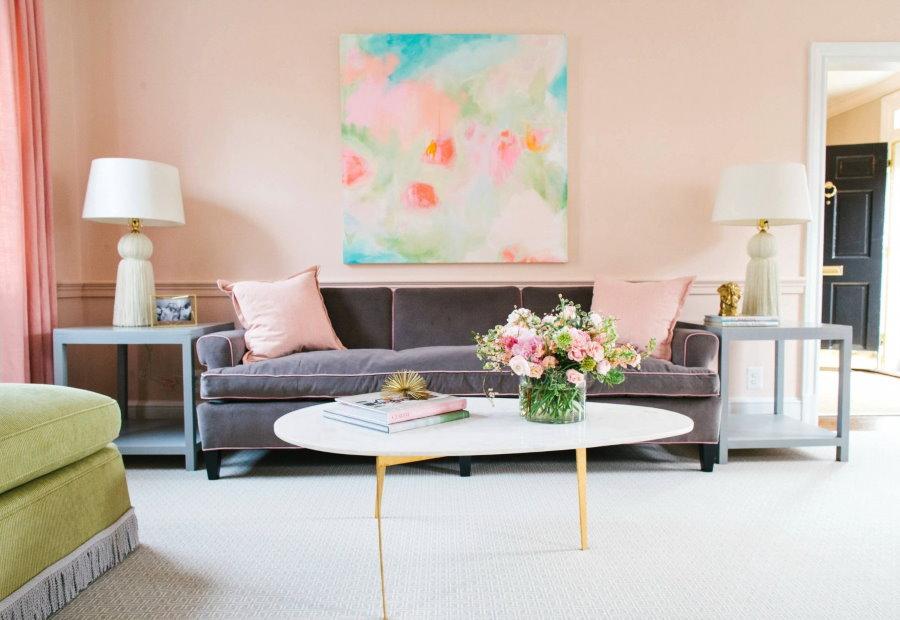 Персиковые стены в гостиной квартиры