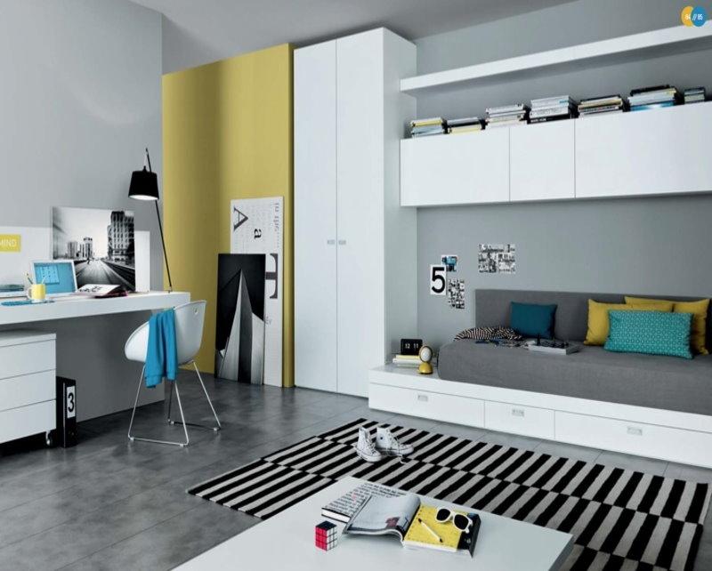 Высокий шкаф белого цвета в комнате подростка