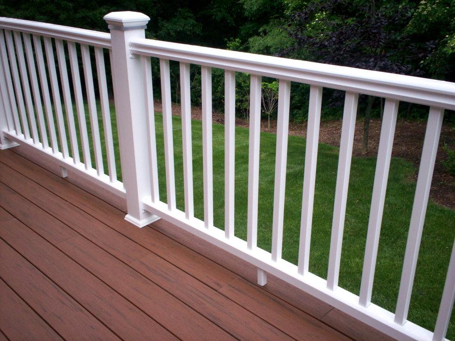 Белые пластиковые перила на балконе загородного дома
