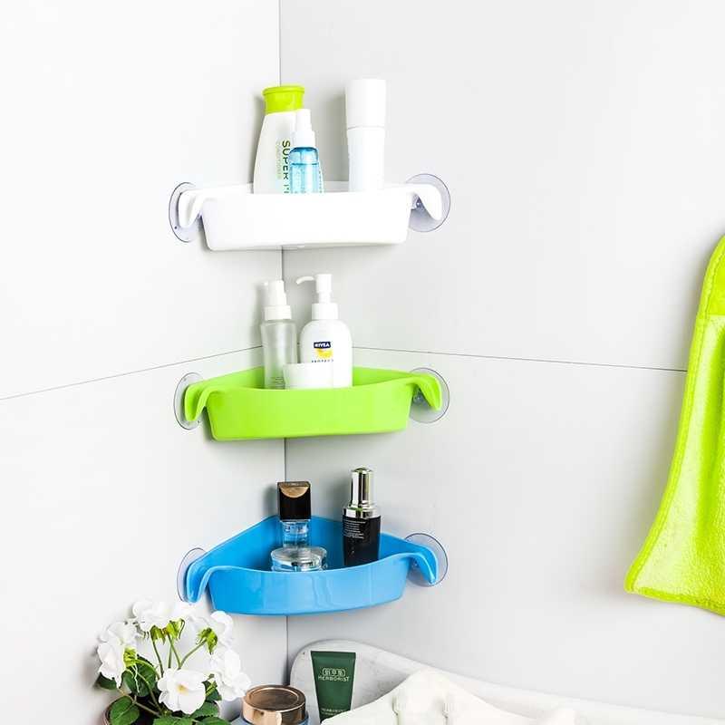 Пластиковые полочки на присосках в углу ванной комнаты