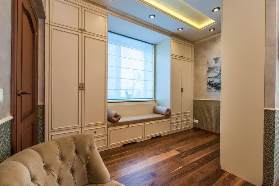 Платяные шкафы вокруг окна спальни