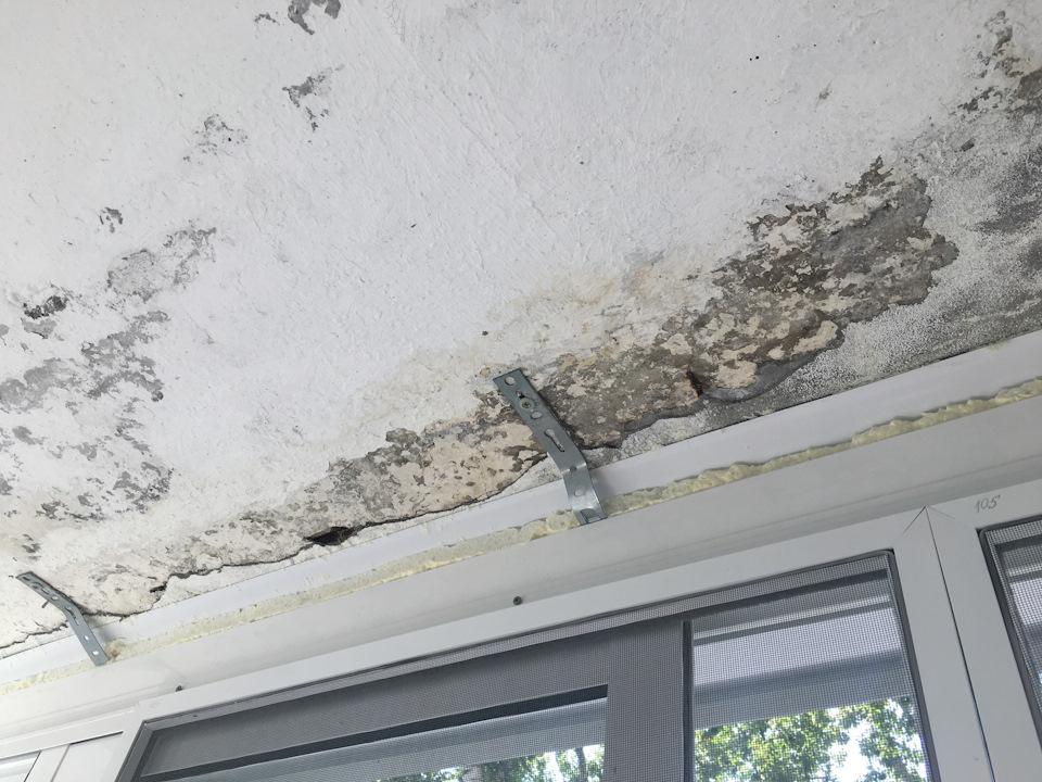 Разрушенная штукатурка на бетонной плите потолка балкона