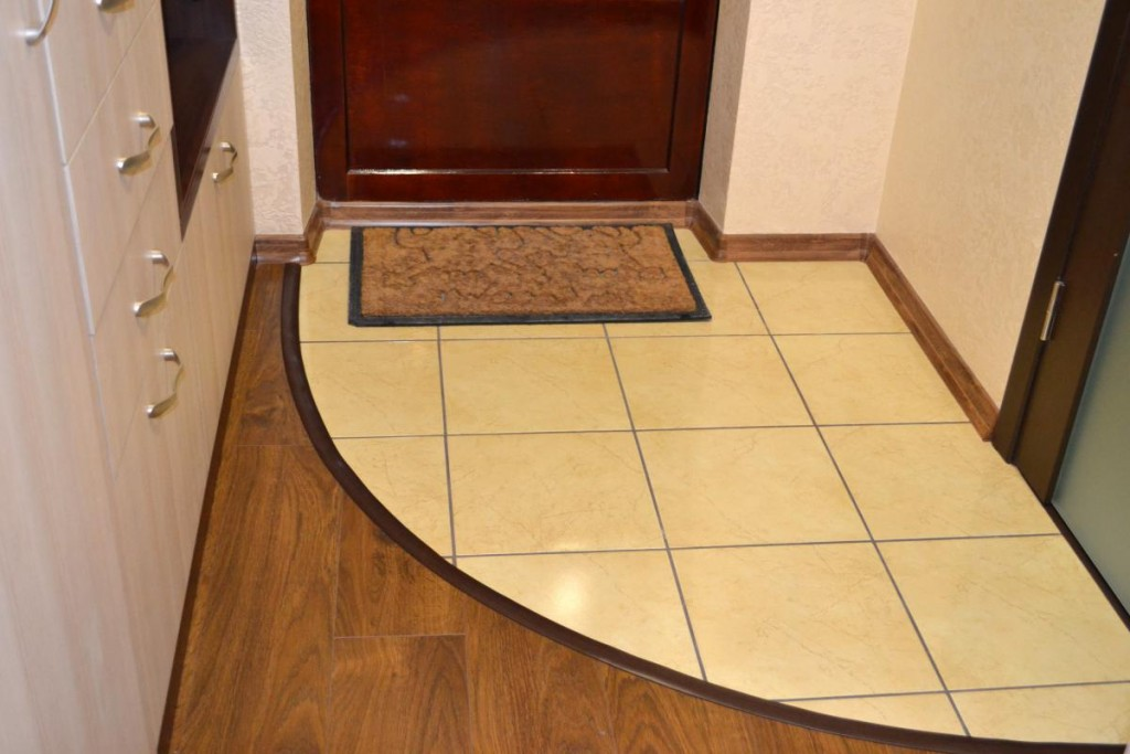 Светлая керамическая плитка на полу прихожей