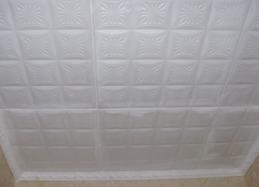Белая полистирольная плитка с фактурой на потолке балкона