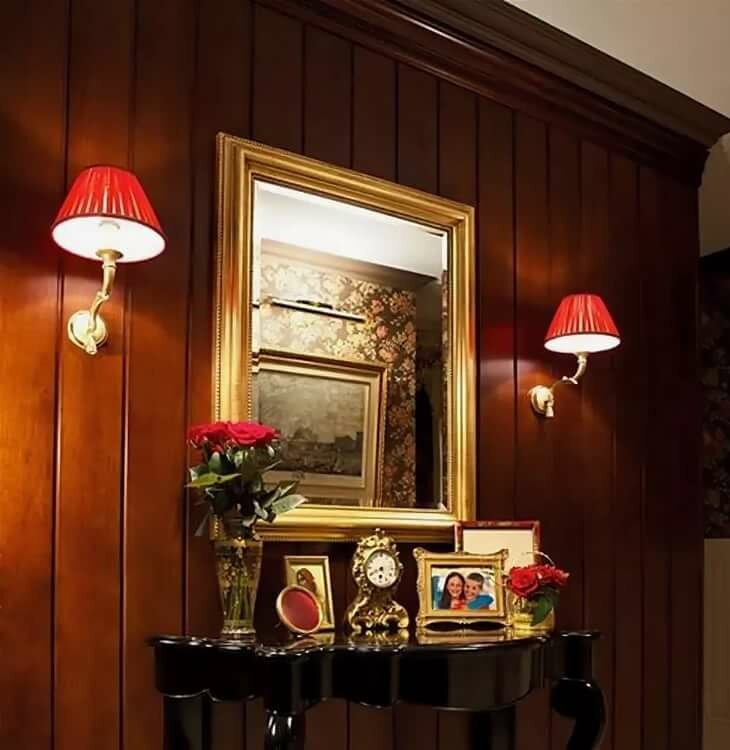 Настенные бра по бокам зеркала в коридоре
