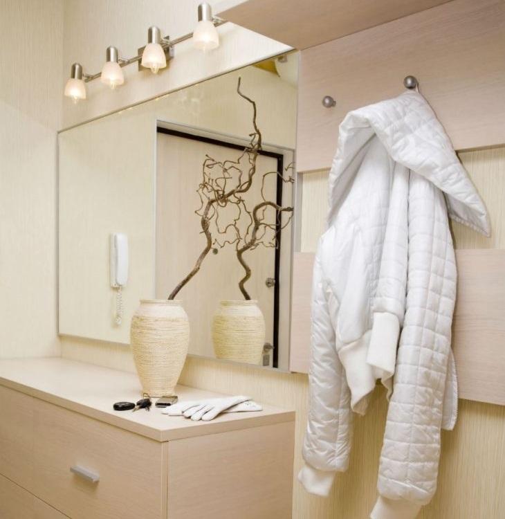Настенные светильники над зеркалом в коридоре
