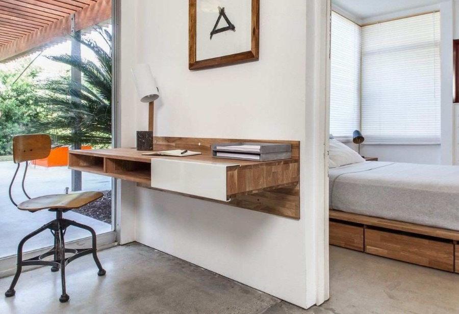 Подвесной стол на стене комнаты подростка