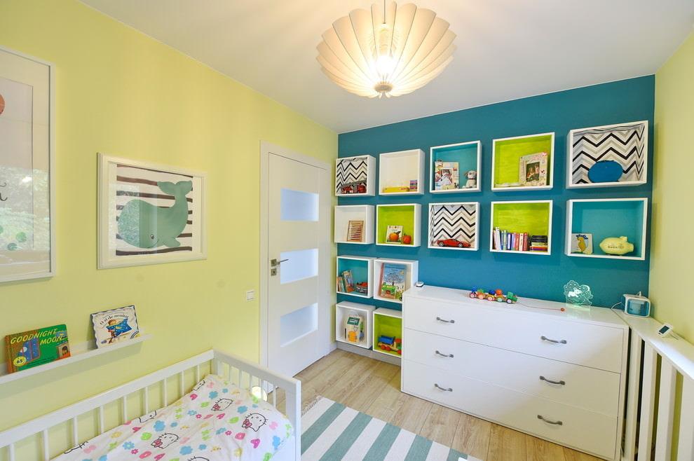 Модульные полки в спальне новорожденного