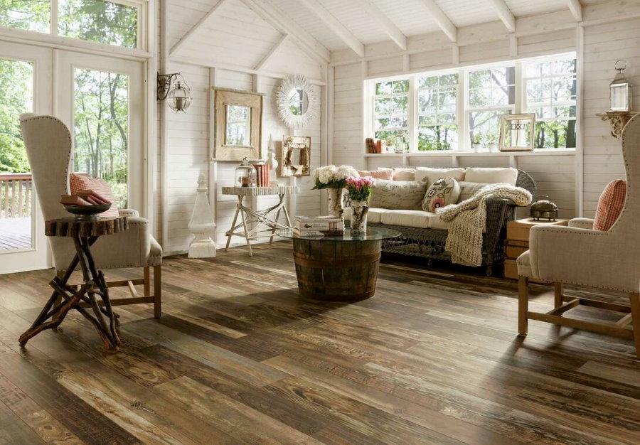 Деревянный пол в гостиной на даче