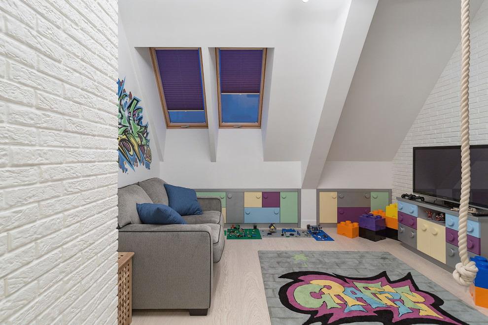 Коврик на ламинированном полу в мансарде