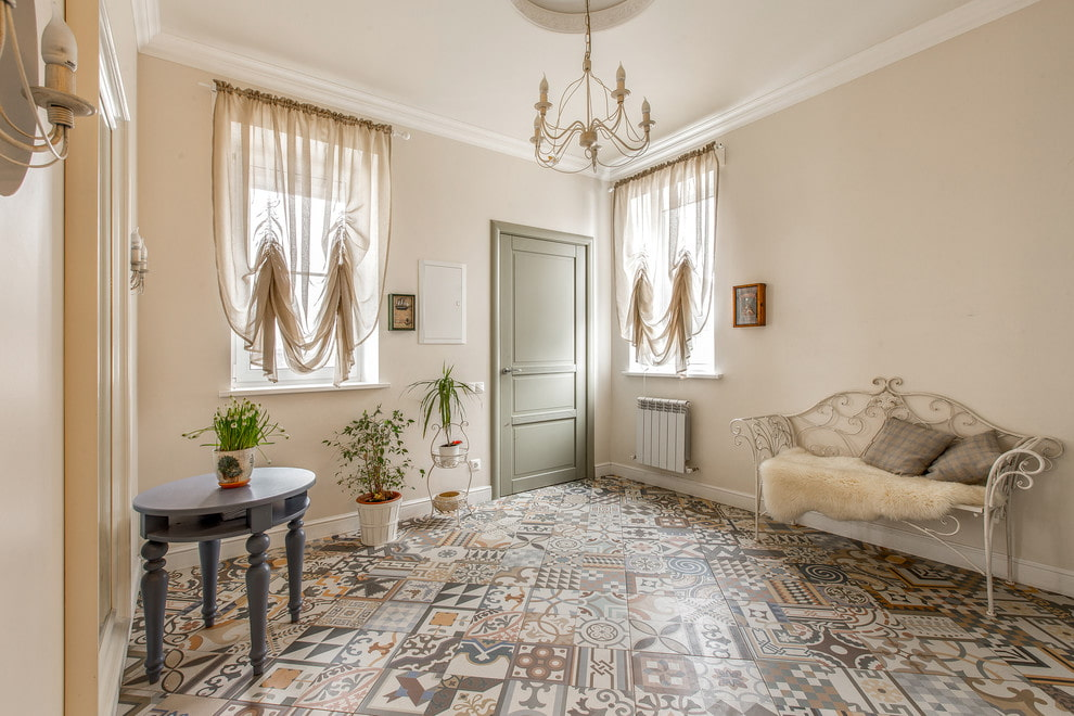 Керамическая плитка на полу прихожей кантри стиля