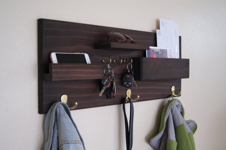 Вешалка с крючками для ключей и полочкой для телефона