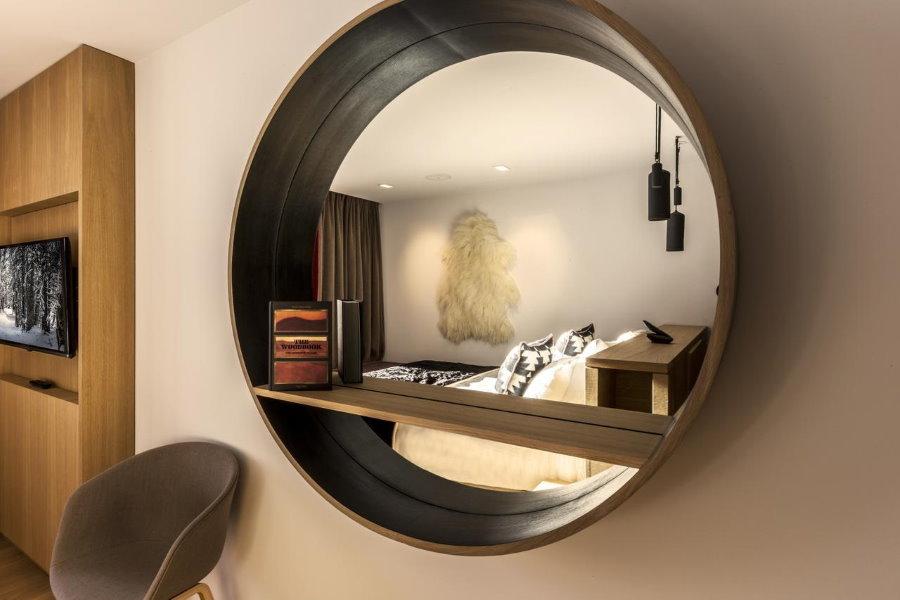 Круглое зеркало с небольшой полкой внутри