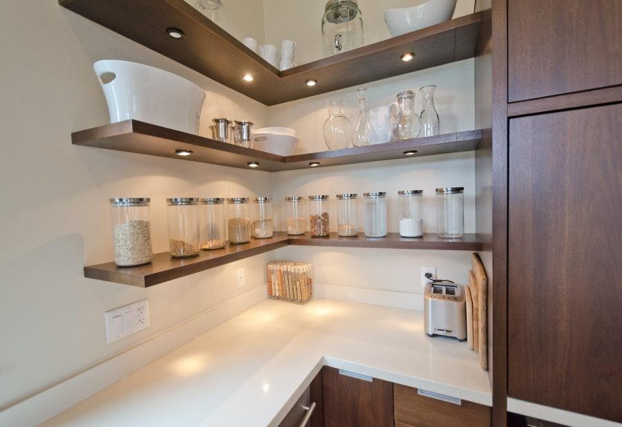 Баночки со специями на кухонных полках