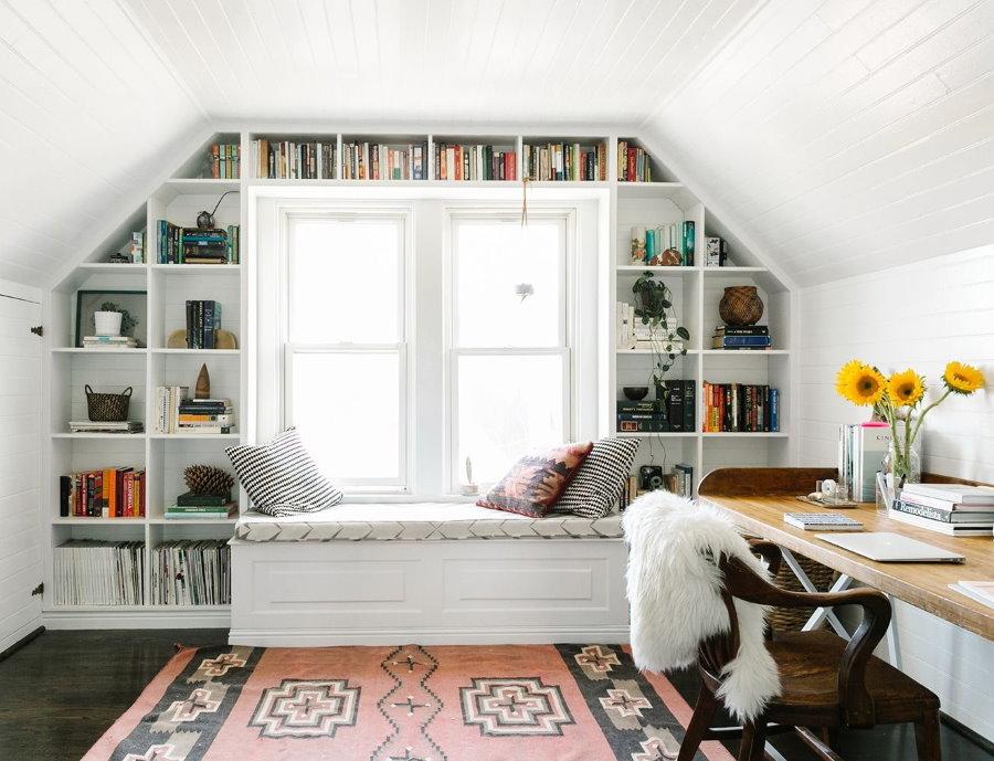 Встроенный стеллаж в мансардной спальне