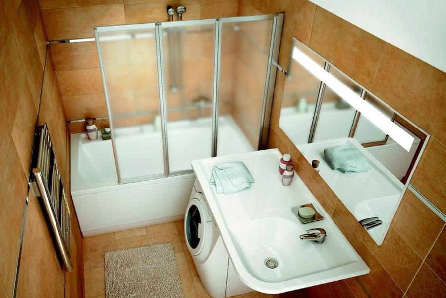 Прямая ванна за пластиковыми шторками