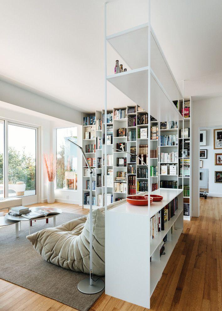 Высокий стеллаж-перегородка за спинкой дивана