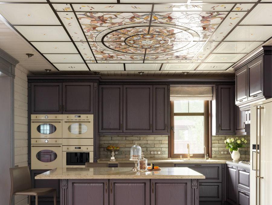 Интерьер кухни с потолком кассетного типа