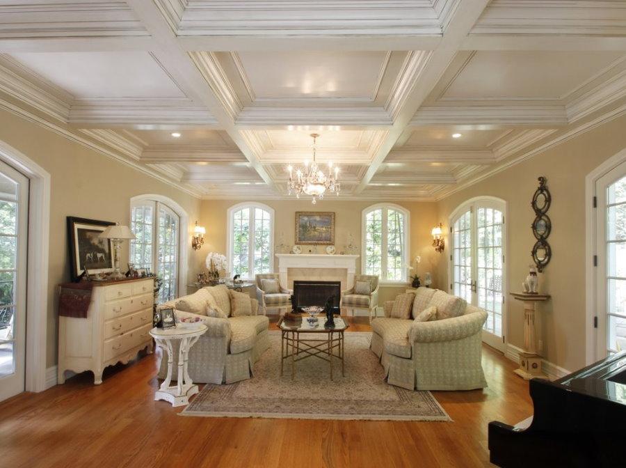 Кессонный потолок в классической гостиной