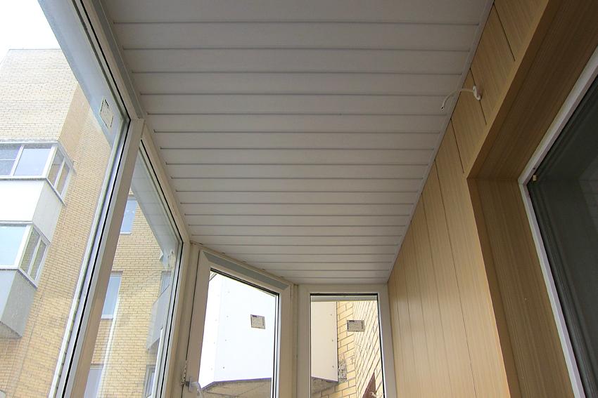 ПВХ-панели на потолке застеленного балкона