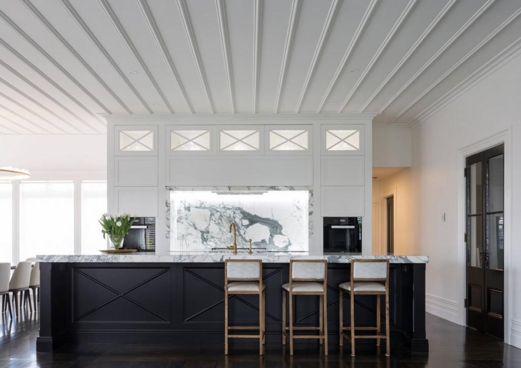 Потолок из ПВХ-панелей в кухне с островом