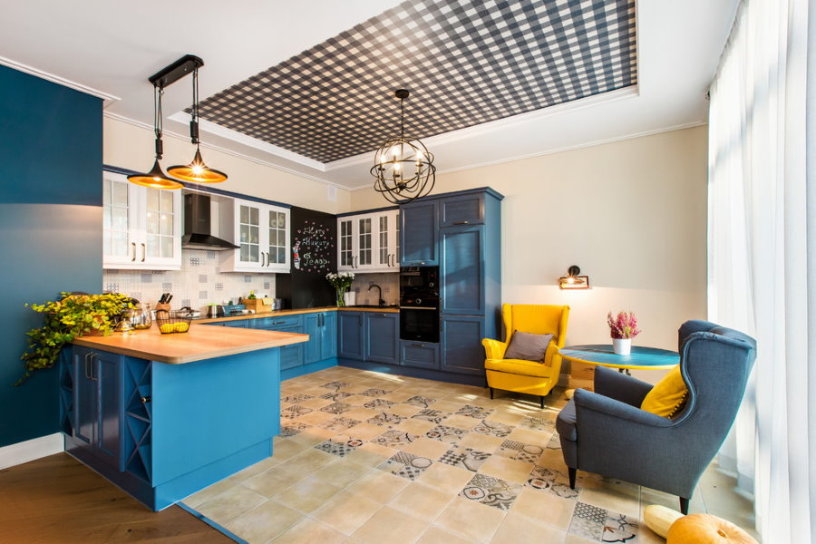Натяжной потолок в клетку в кухне-гостиной
