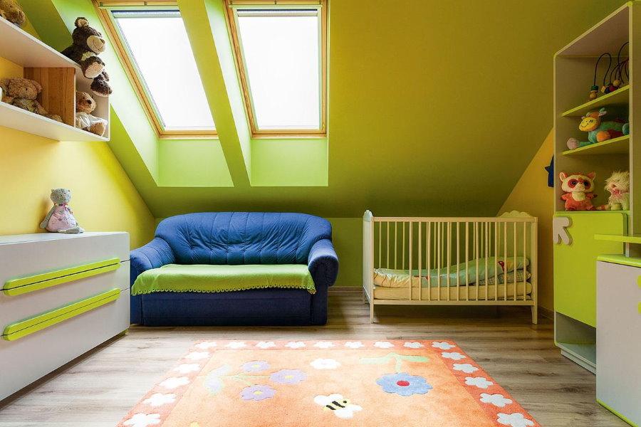 Светло-зеленый потолок в детской на мансарде