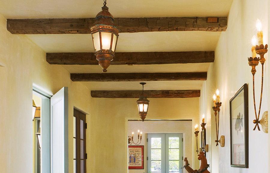 Винтажные фонари на потолке прихожей в стиле кантри