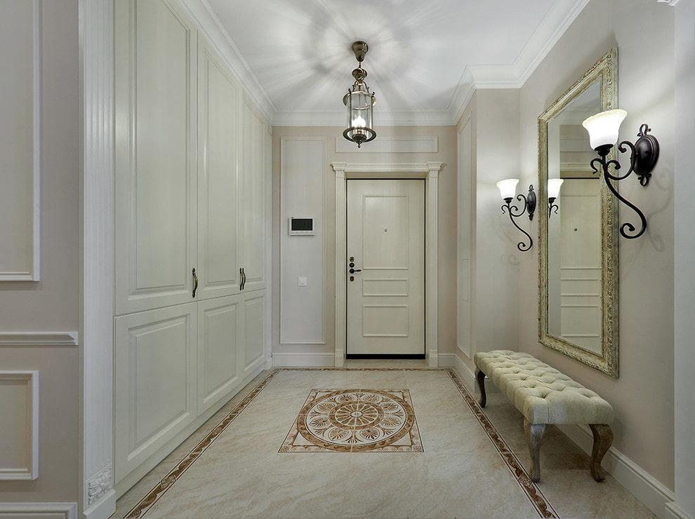 Ровный потолок в прихожей классического стиля
