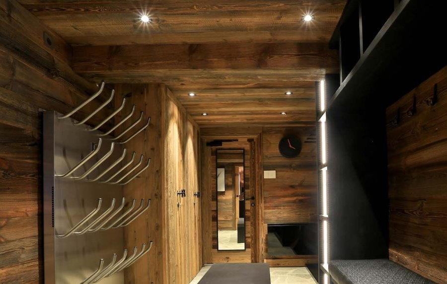 Деревянный потолок в коридоре стиля шале