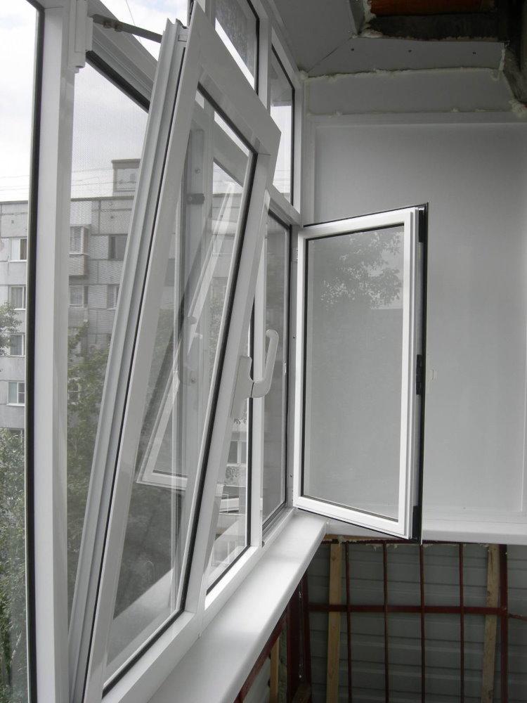 Распашные створки на окнах балконного остекления