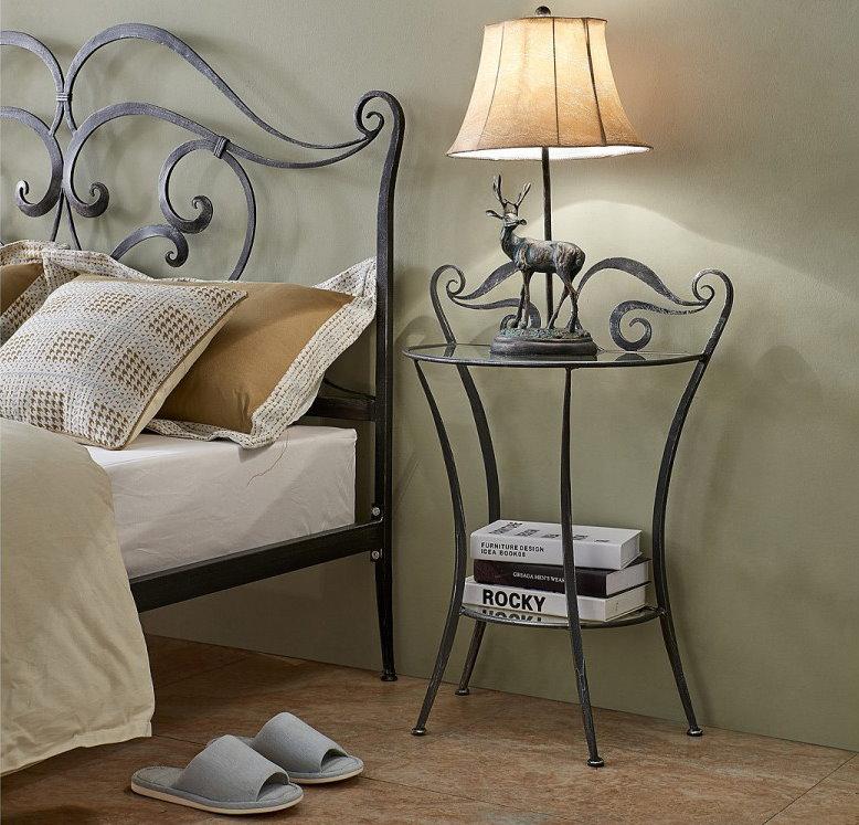 Интерьер спальни с кованной прикроватной тумбочкой