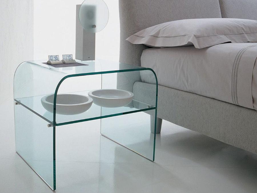 Стеклянная тумбочка в спальне с белым полом