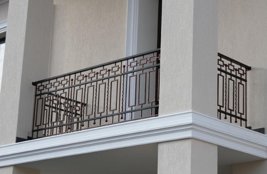 Прямые перила из окрашенной стали между колоннами на лоджии