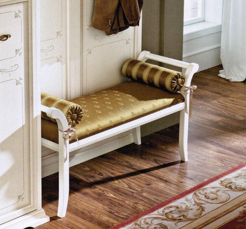 Стильный пуф в виде кушетки в прихожей с деревянным полом