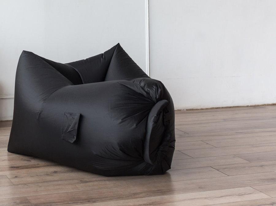 Черный надувной пуф на полу прихожей